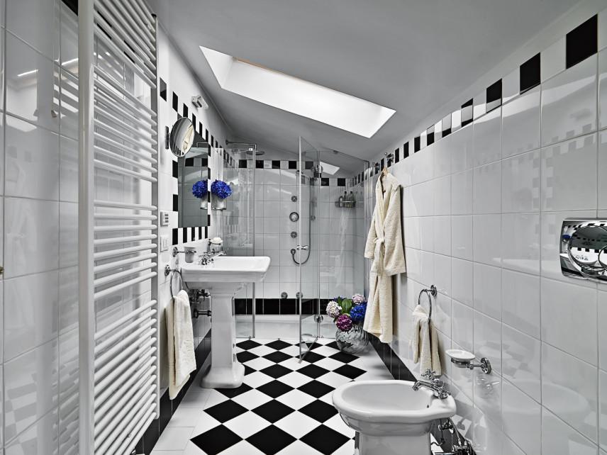 Czarno-biała łazienka na poddaszu