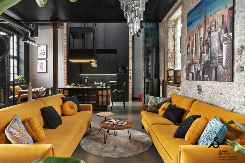 Loftowy salon z żółtymi kanapami