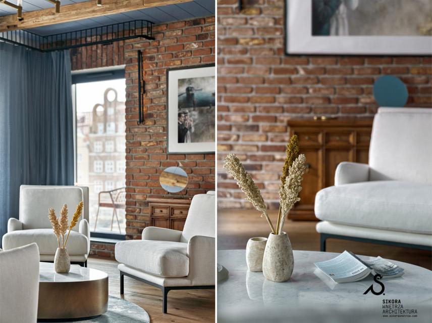 Jasne, tapicerowane fotele w salonie
