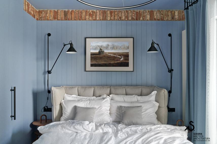 Błękitna sypialnia z kontynentalnym łóżkiem