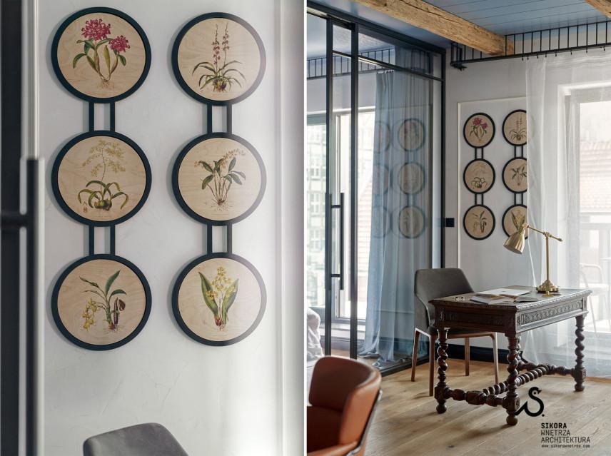 Salon z biurkiem w stylu gdańskimSalon z biurkiem w stylu gdańskim i kwiatowymi ikonami na ścianie.
