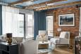 Klimatyczny salon z cegłą na ścianie