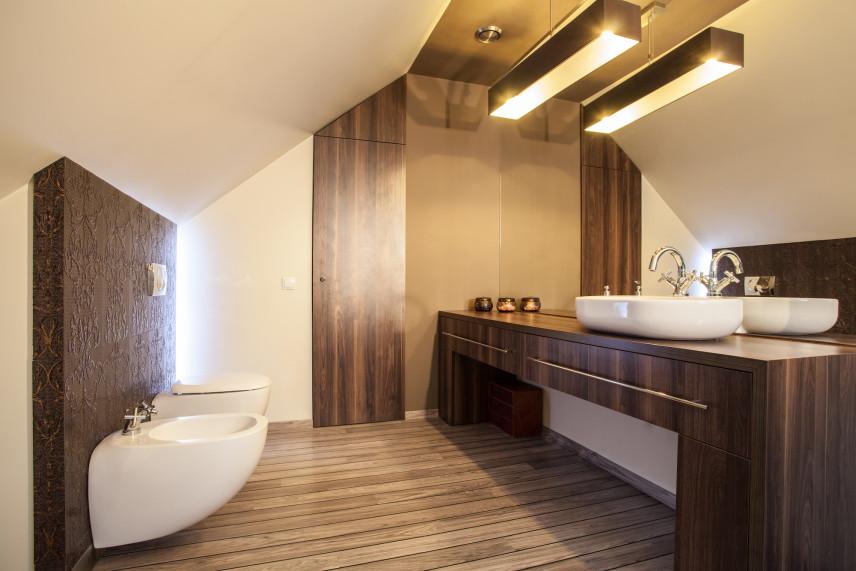 Klasyczna łazienka z elementami drewna
