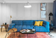 Szary salon z niebieską kanapą