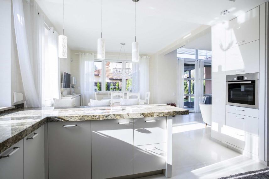 Przestrzenna kuchnia w domu