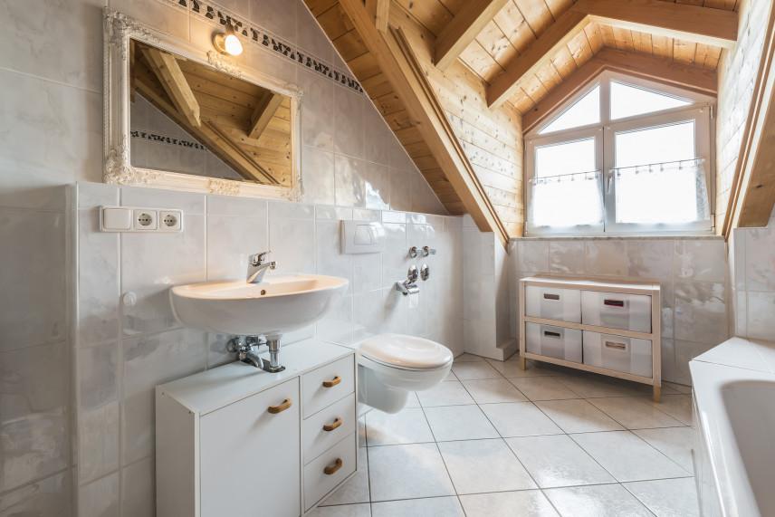 Łazienka na poddaszu z boazerią