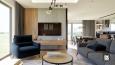 Aranżacja salonu z elementami drewna i betonu