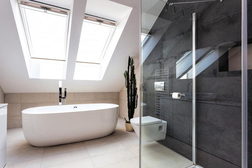 Nowoczesna łazienka z kamienną ścianą