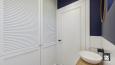 Aranżacja łazienki z granatową ścianą