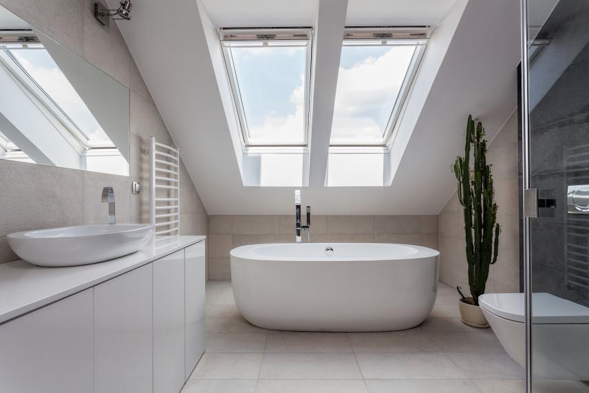 Nowoczesna łazienka na poddaszu z wolnostojącą wanną