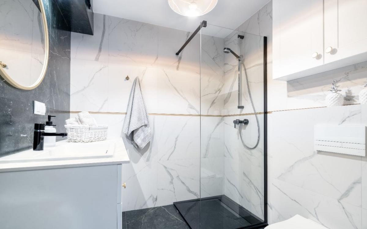 Aranżacja łazienki z grafitową podłogą