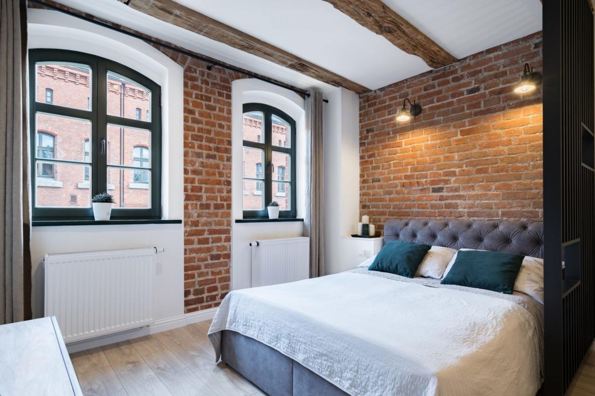 Aranżacja sypialni z kliomatycznymi oknami