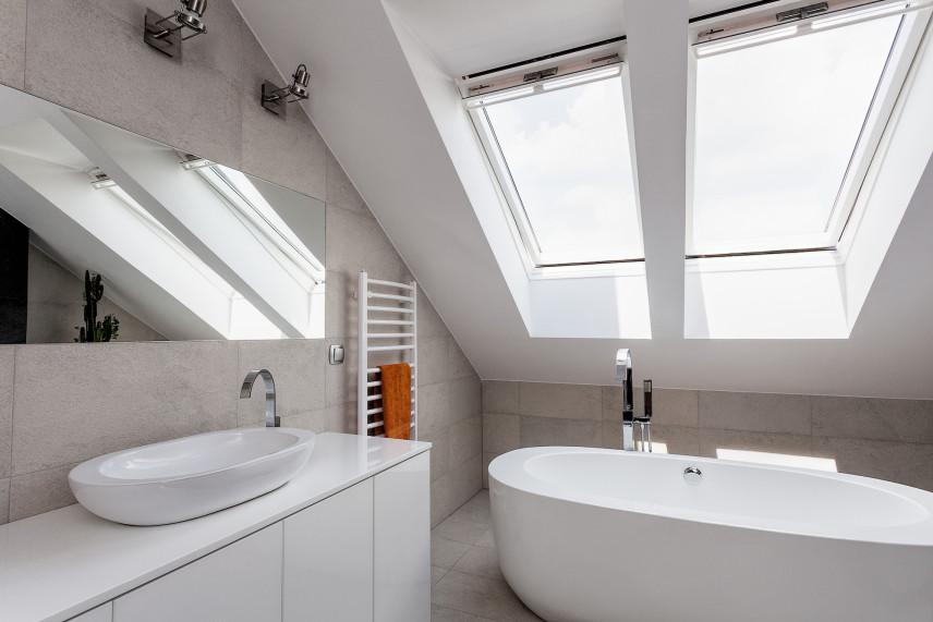 Loftowa łazienka z okrągłą wanną