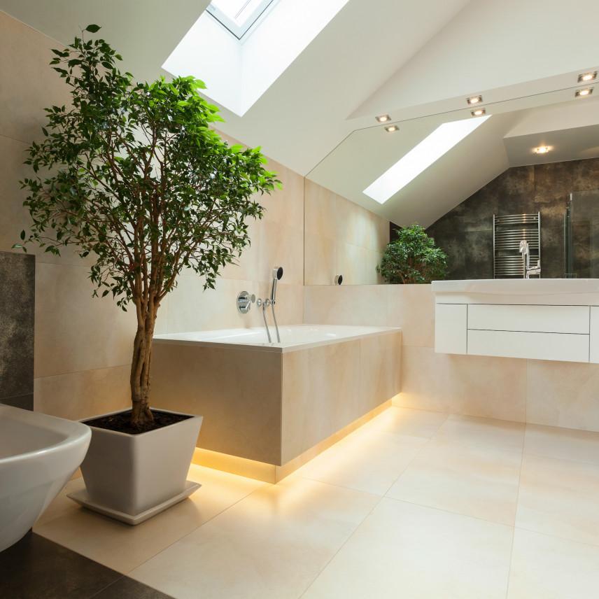 Łazienka na poddaszu z podświetlaną wanną
