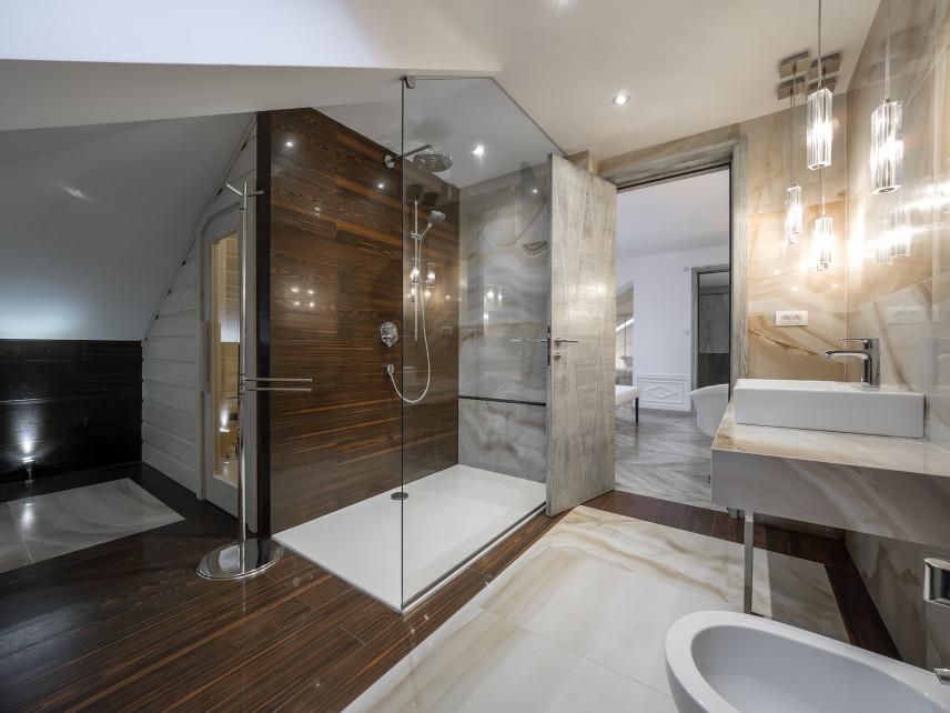 Łazienka z szarego marmuru z elementami drewna