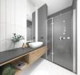 Aranżacja łazienki z prysznicem z drzwiami wahadłowymi