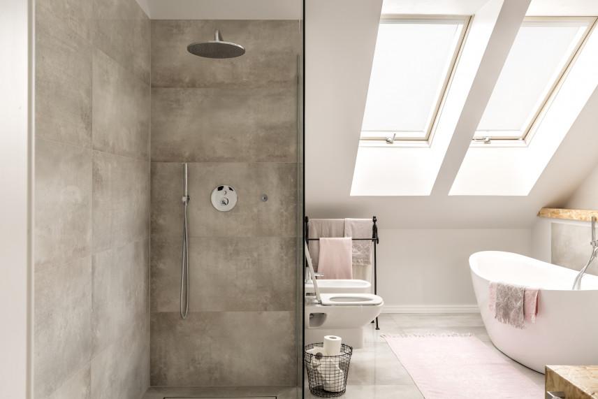 Łazienka z kabiną prysznicową z szarego kamienia