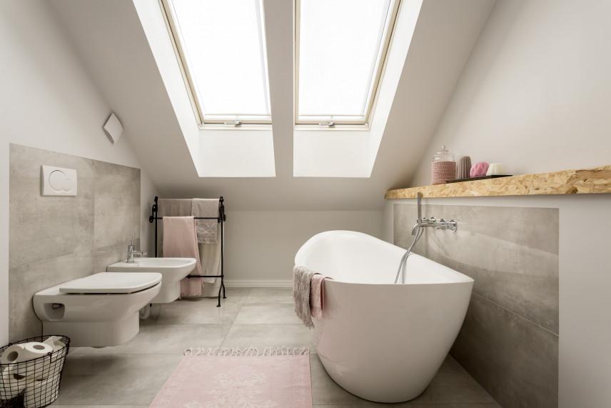 Łazienka na poddaszu z jasnoszarymi kaflami