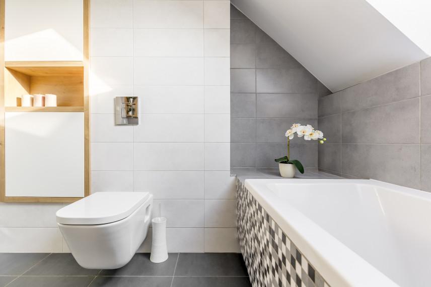 Łazienka z czarno-szaro-białą mozaiką
