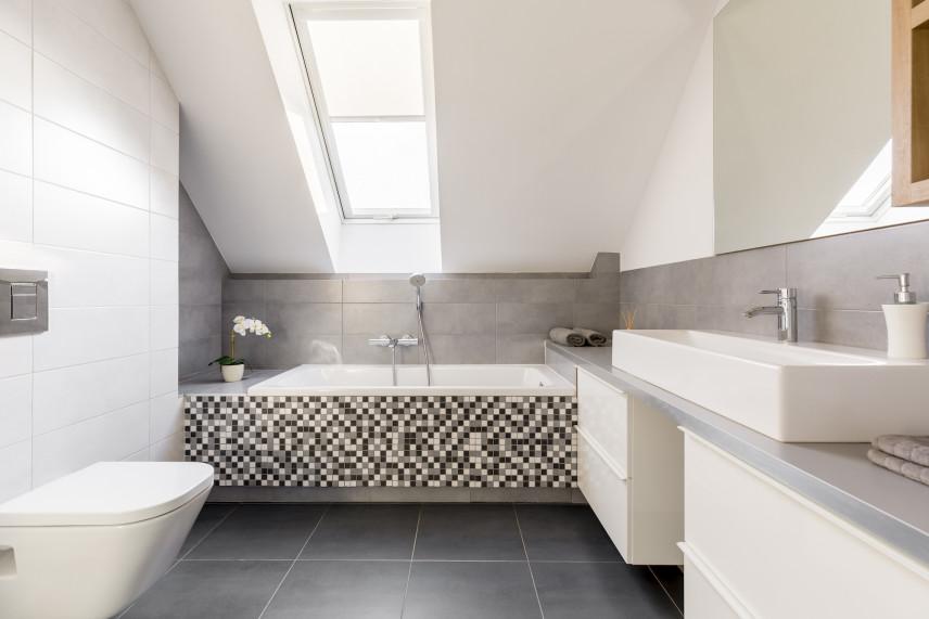 Szaro-biała łazienka na poddaszu