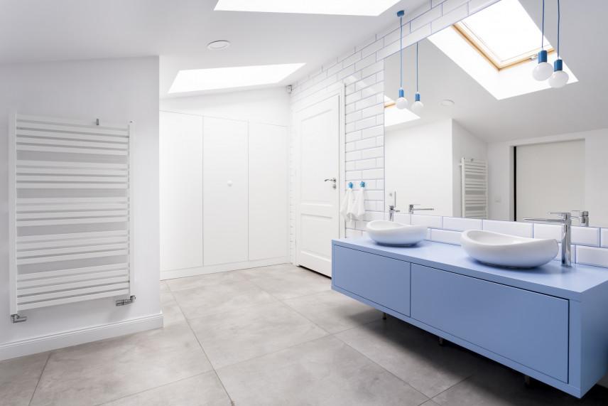 Biała łazienka z błękitna szafką