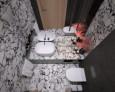 Łazienka z kamieniem ozdobnym na płytkach
