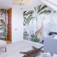 Pokój dziecięcy z motywem dżungli na ścianie i z drewnianymi drabinkami