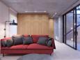 Salon z czerwoną sofą i szarymi poduszkami