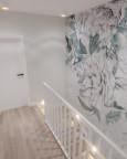 Korytarz z drewnianymi podświetlanymi schodami
