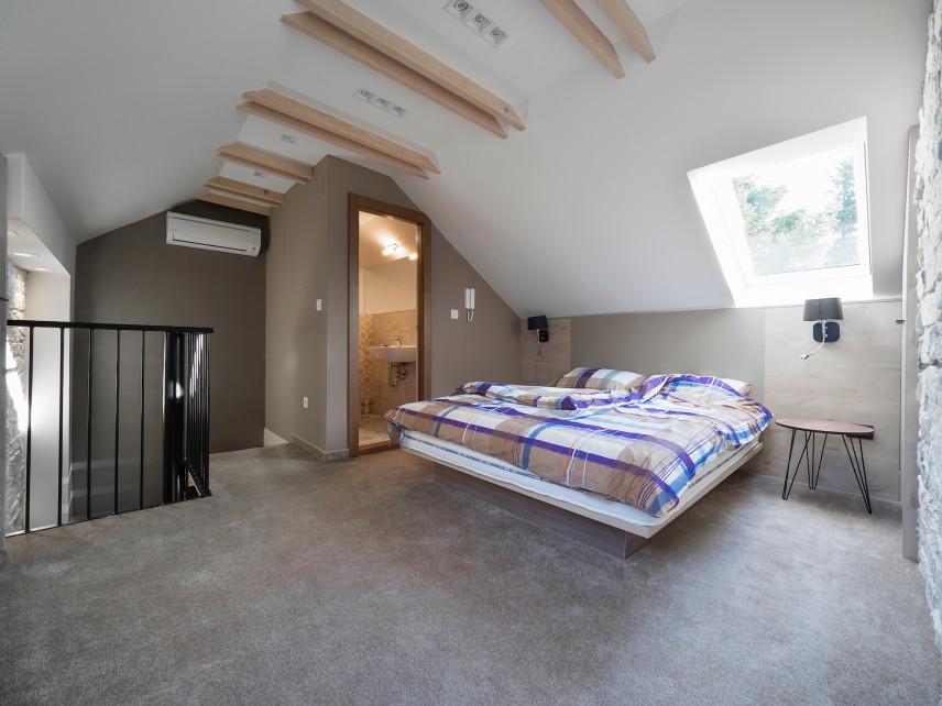 Sypialnia z łazienką na poddaszu
