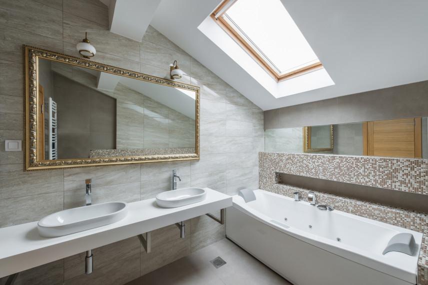 Łazienka z lustrem w złotej, ozdobnej ramie