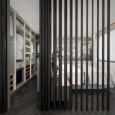 Drewniana ściana w sypialni oddzielająca miejsce z biurkiem do pracy