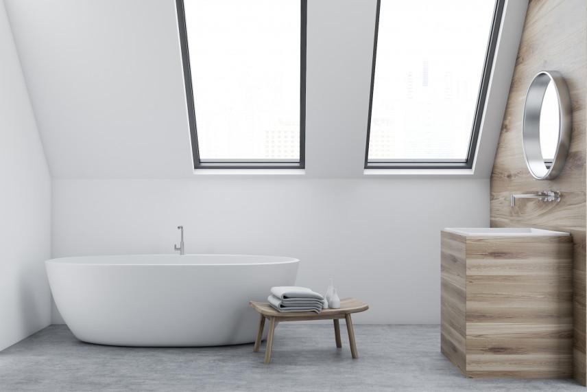 Minimalistyczna łazienka z wolnostojącą wanną