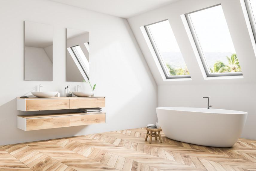 Biała łazienka z drewnianą podłogą