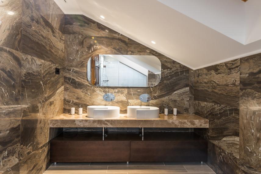 Elegancka łazienka z brązowym marmurem na ścianach