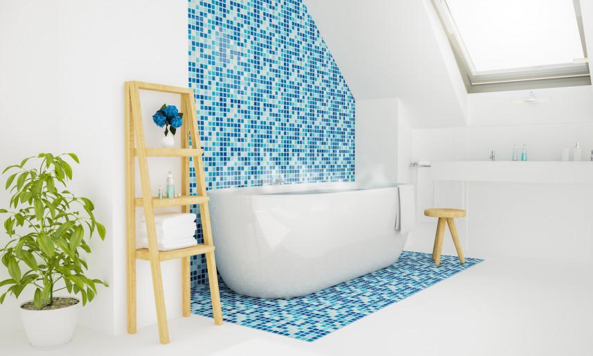 Biała łazienka z błękitna mozaiką
