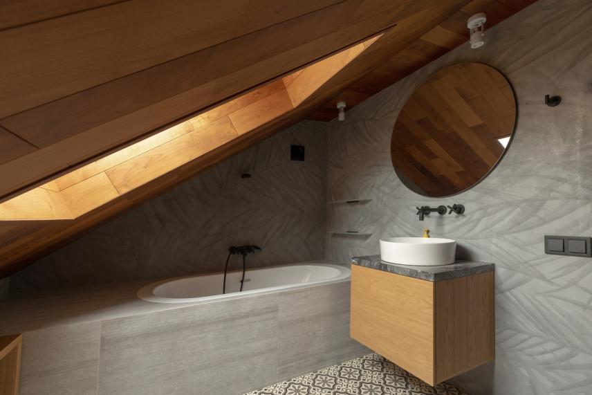Szara łazienka z boazerią
