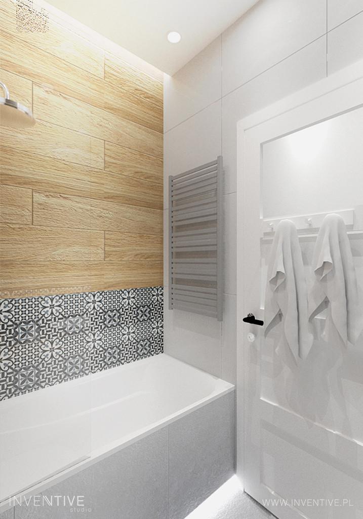 Łazienka z czarno-białą mozaiką nad wanną