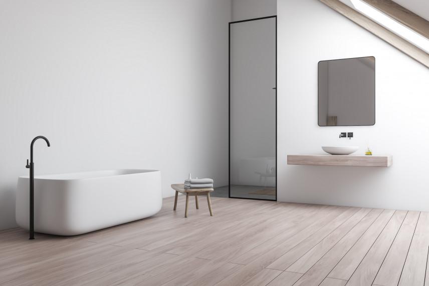 Minimalistyczna łazienka z drewniana podłogą
