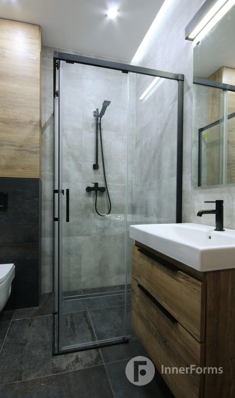 Aranżacja łazienki z prysznicem z przesuwanymi drzwiami