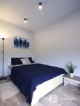 Sypialnia z granatową narzutą