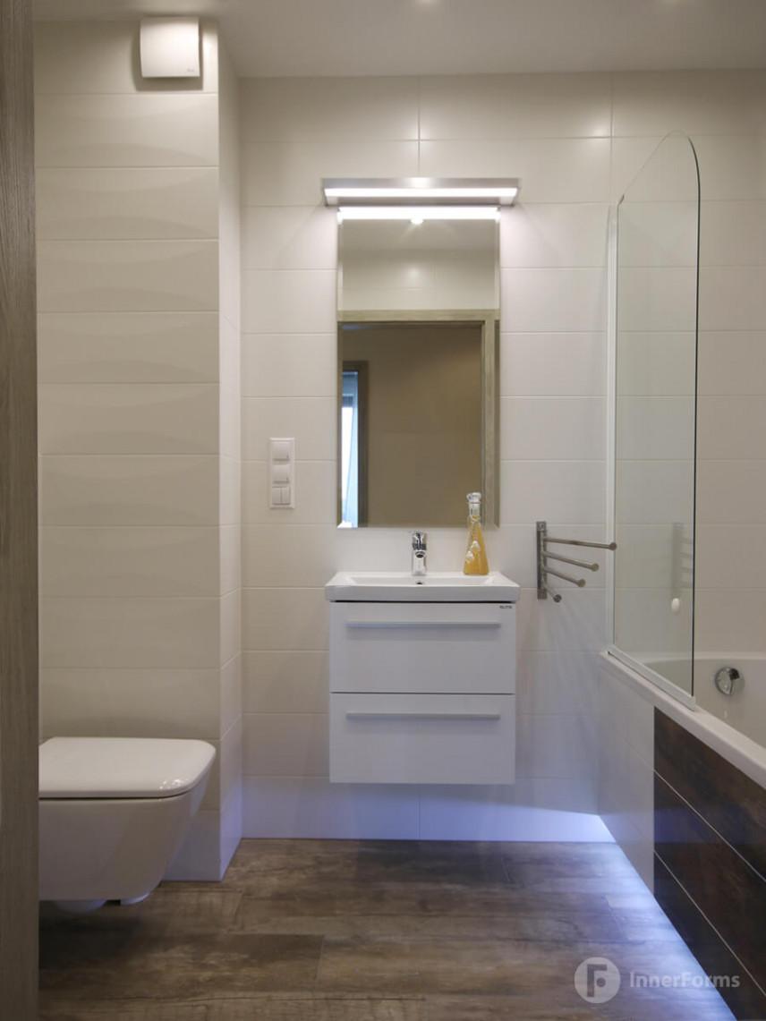 Aranżacja łazienki z jasnymi poziomymi płytkami