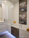 Łazienka z poziomymi płytkami w kolorze białym z brązowym szlaczkiem