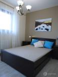 Mała sypialnia w stylu klasycznym z beżowymi ścianami
