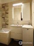 Łazienka z wanną w zabudowie i pralką otwieraną od góry
