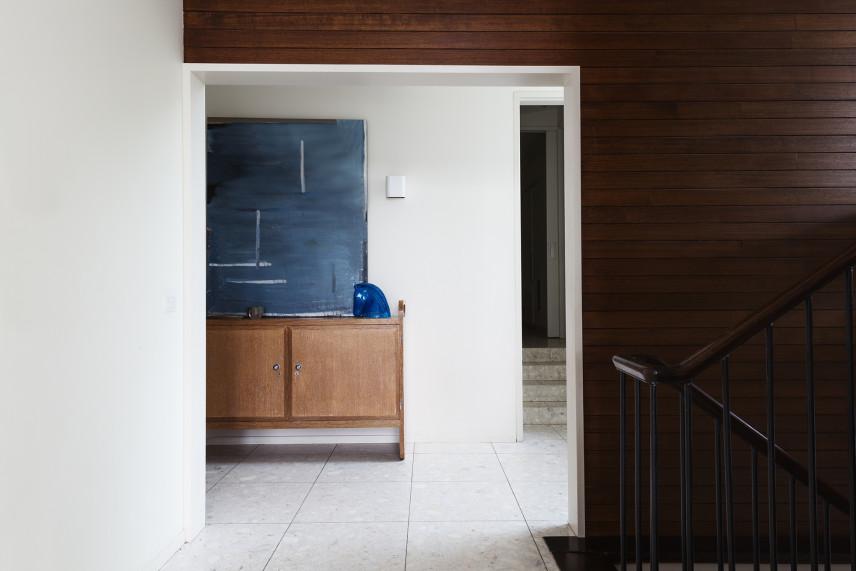 Przedpokój z drewnem na ścianie