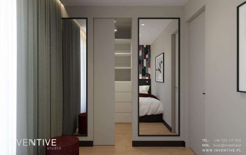 Wejście do garderoby z lustrem na ścianie