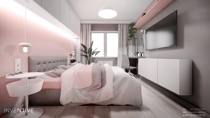 Wąska sypialnia z białymi meblami w zabudowie