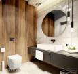Ściana z imitacją drewna w łazience z okrągłym lustrem