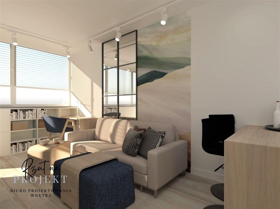 Mały słoneczny salon z beżową sofą